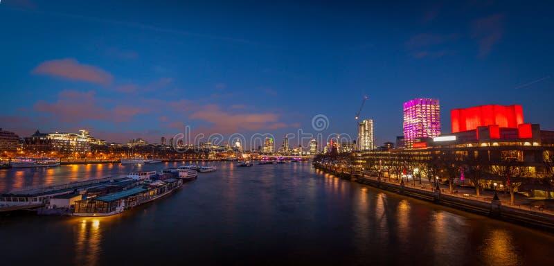 Panorama de Londres après coucher du soleil image stock