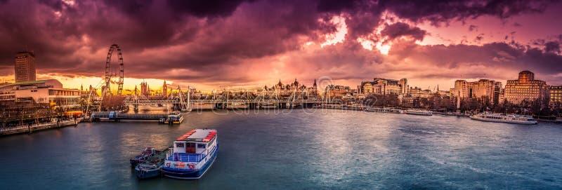Panorama de Londres au coucher du soleil images libres de droits