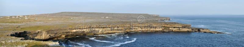Panorama de los acantilados de la isla de Irlanda Aran y de la pared de piedra foto de archivo libre de regalías