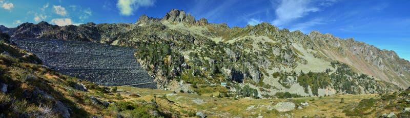 Panorama de los altos Pirineos con una presa fotografía de archivo