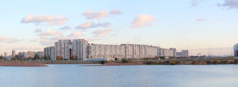Panorama de los cuartos de la ciudad en la costa imagenes de archivo