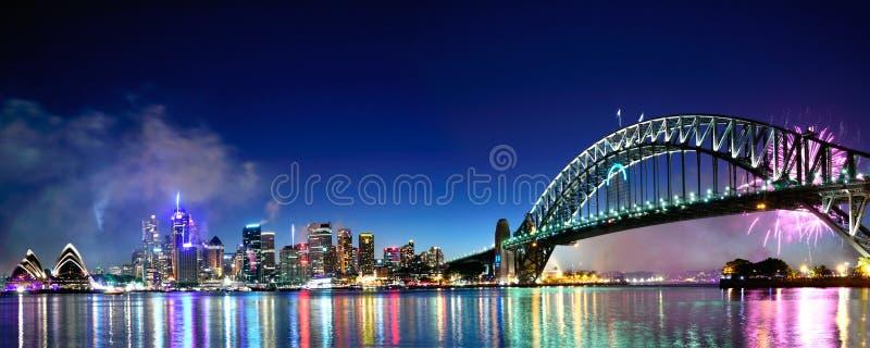 Panorama de los fuegos artificiales del puerto NYE de Sydney imagenes de archivo