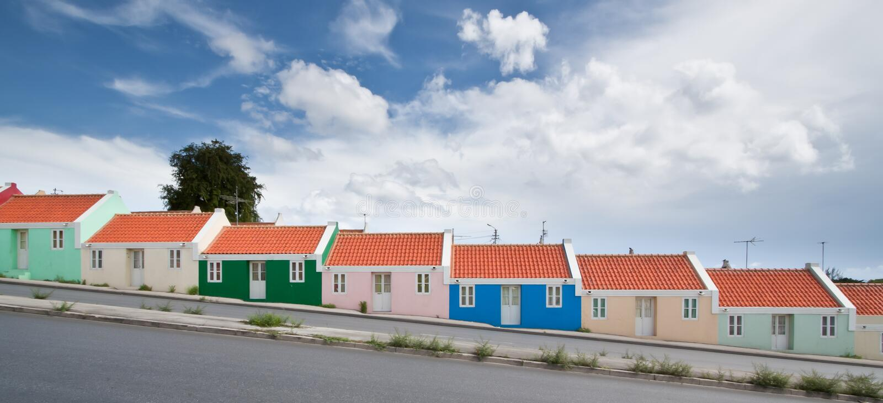 Panorama de los hogares coloridos de la fila fotos de archivo
