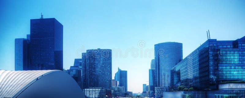 Panorama de los rascacielos del negocio en tinte azul. París, Francia imagen de archivo