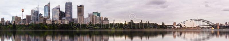 Panorama de los teatros de la ópera de Sydney un CBD de jardines botánicos fotografía de archivo