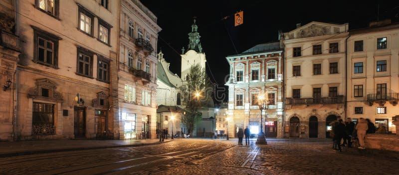 Panorama de Lviv en la noche Vista de la calle de la noche de la ciudad medieval europea imagen de archivo libre de regalías