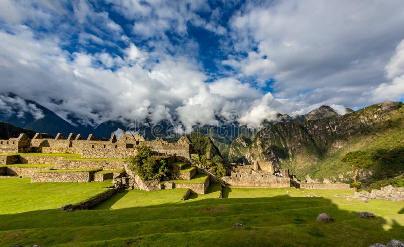 Panorama de Machu Picchu com céu e as nuvens dramáticos foto de stock