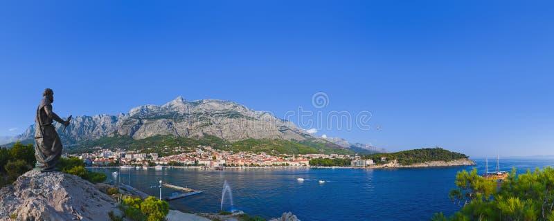 Panorama de Makarska e estátua de St Peter em Croatia fotografia de stock royalty free