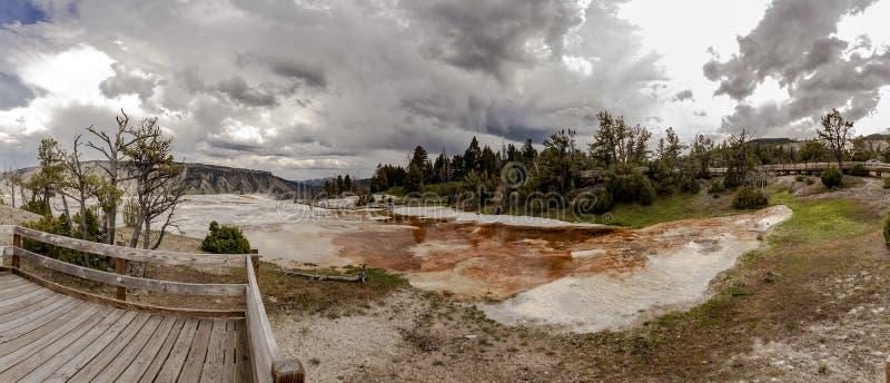 Panorama de Mamoth Hot Springs images stock