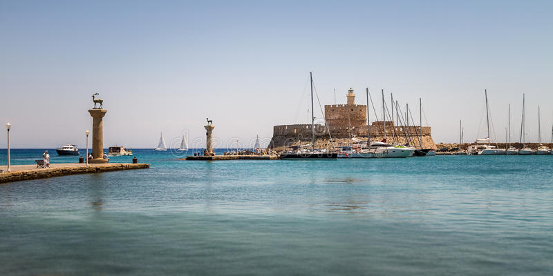 Panorama de Mandraki, o porto o mais velho de Rhodes Island imagem de stock royalty free