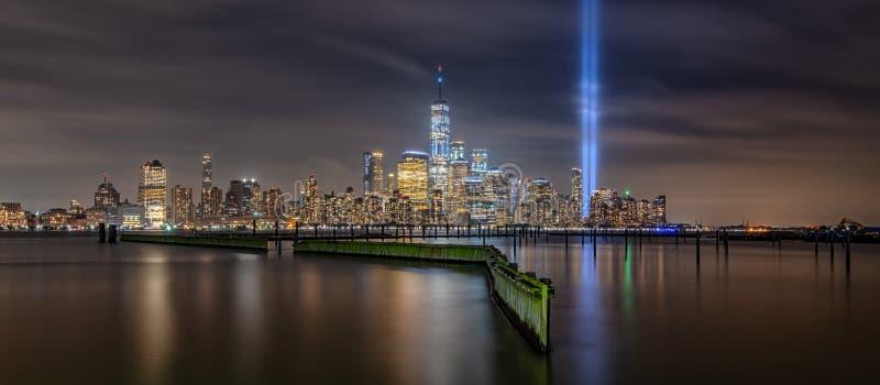 Panorama de Manhattan durante o tributo do 11 de setembro no memorial leve fotos de stock