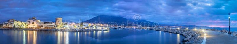 Panorama de Marbella de Puerto Banus en la oscuridad fotografía de archivo