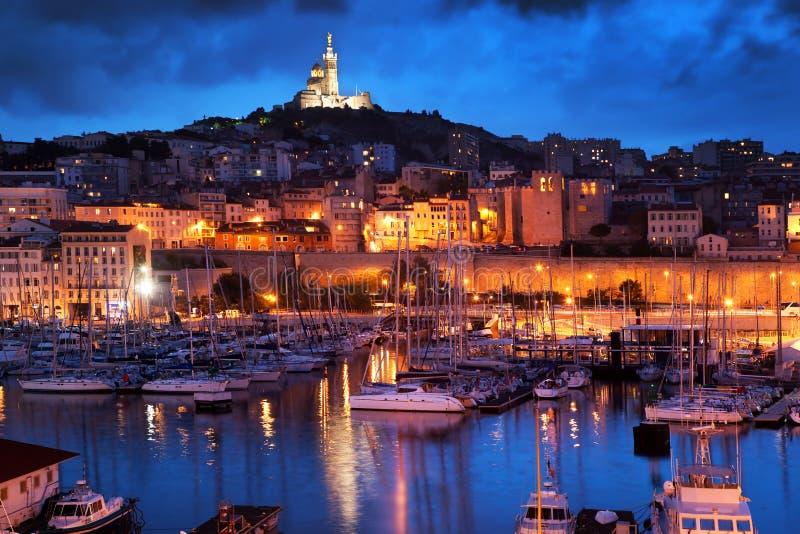 Panorama de Marsella, Francia en la noche.