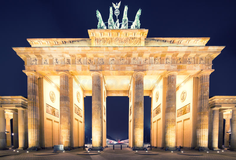 Panorama de massif de roche de Brandenburger (Porte de Brandebourg), Point de repère célèbre dans la nuit de Berlin Allemagne photographie stock