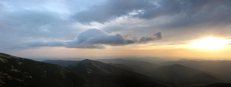 Panorama de matin des montagnes photos libres de droits