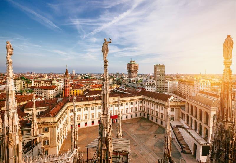 Panorama de Milano, Italia Visión desde Milan Cathedral en la puesta del sol imagenes de archivo