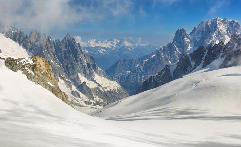 Panorama de Mont Blanc Massif, de la montaña más alta y popular de Europa Italia del noroeste foto de archivo libre de regalías
