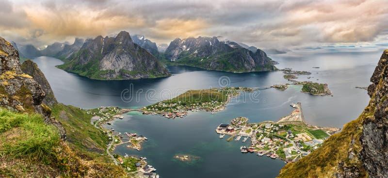 Panorama de montañas y de Reine en las islas de Lofoten, Noruega fotografía de archivo libre de regalías