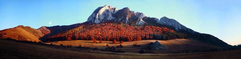 Panorama de montagne pendant l'automne photos libres de droits
