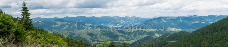 Panorama de montagnes carpathiennes photo stock