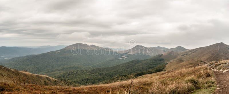 Panorama de montagnes d'Autumn Bieszczady de colline de Rozsypaniec en Pologne photos libres de droits