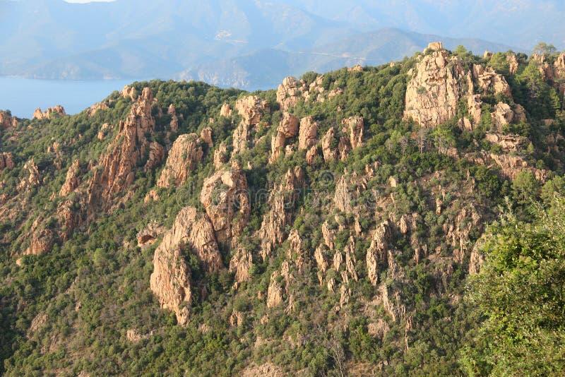 panorama de montanhas de cor argila elevada cercadas de verde para foto de stock