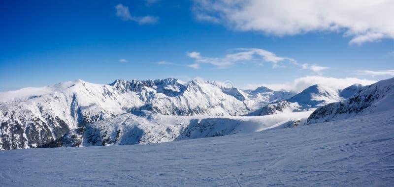 Panorama de montanhas em Bansko, Bulgária do inverno fotografia de stock royalty free