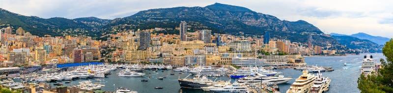 Panorama de Monte - de Carlo com iate luxuosos e suportes grandes pelo no porto para a ra?a de Grand Prix F1 em M?naco, costa d&# imagens de stock royalty free