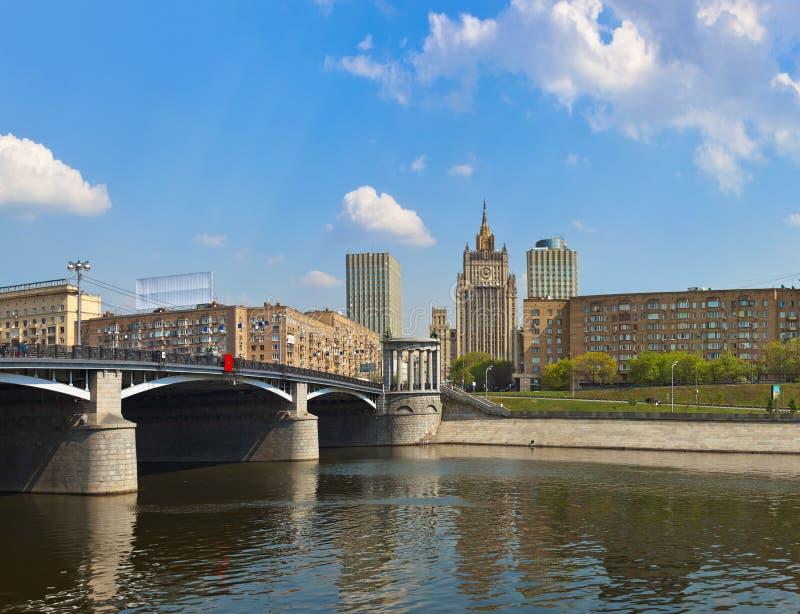 Panorama de Moscú - el Ministerio de Asuntos Exteriores famoso del rascacielos fotos de archivo