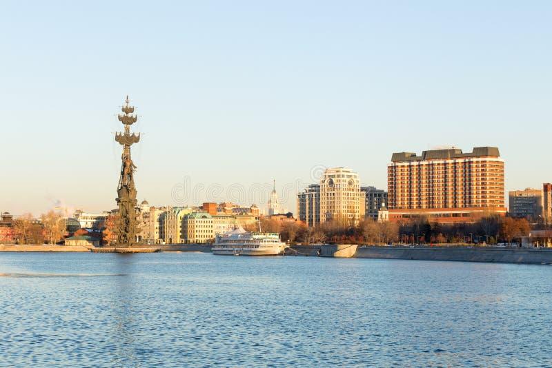 Panorama de Moscú, río, barco de placer, estatua, hotel, terraplén imagen de archivo libre de regalías