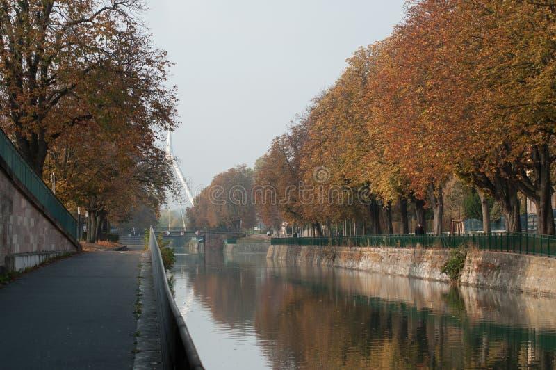 Panorama de Mulhouse en Alsace avec le canal pittoresque par automne photo libre de droits
