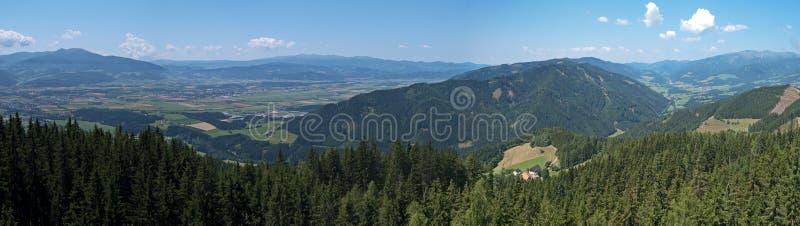 Panorama de Murtal de Zeltweg e de Spielberg foto de stock royalty free