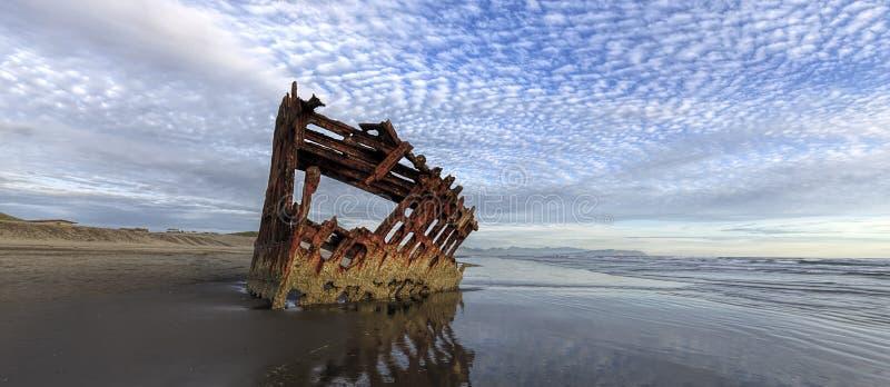 Panorama de naufrage de Peter Iredale en Orégon images stock