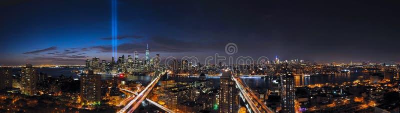 Panorama de New York City do tributo na luz e na skyline foto de stock