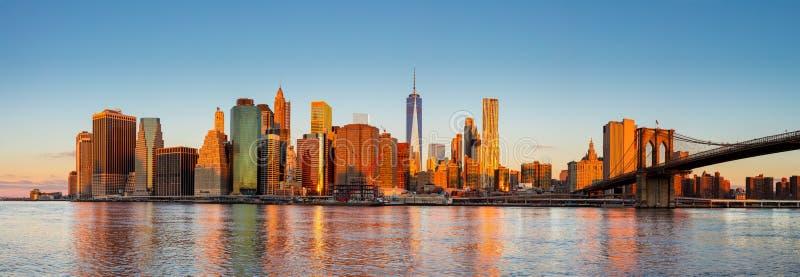 Panorama de New York City - Manhattan en la madrugada foto de archivo