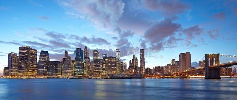 Panorama de New York City na noite Manhattan na noite fotografia de stock