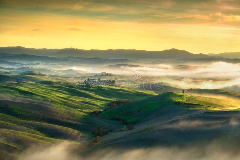 Panorama de niebla de Volterra, Rolling Hills y campos verdes en sunse imagen de archivo