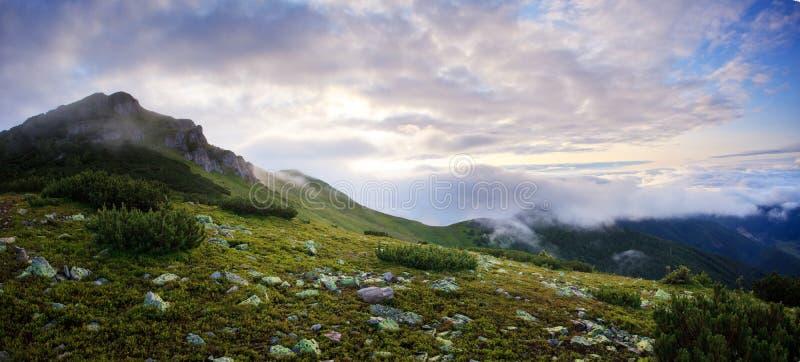 Panorama de niebla y nublado de las montañas imagenes de archivo