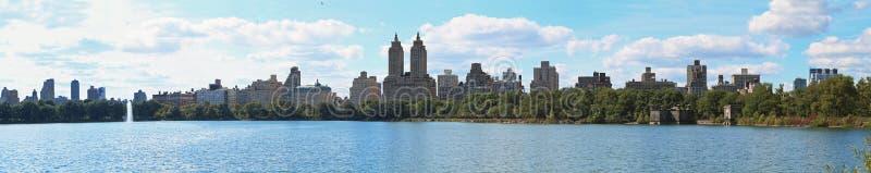 Panorama de Nueva York del lago central Park foto de archivo