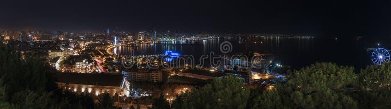 Panorama de nuit Bakou photos stock