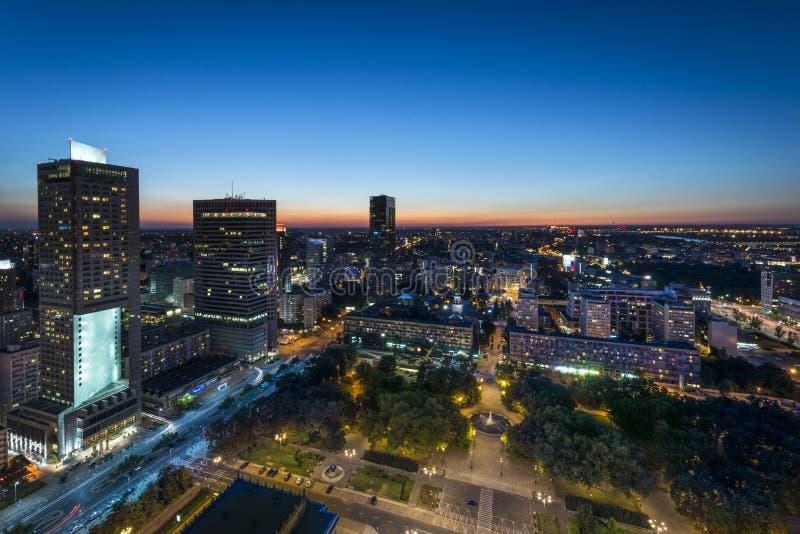 Panorama de nuit de centre de la ville de Varsovie images stock