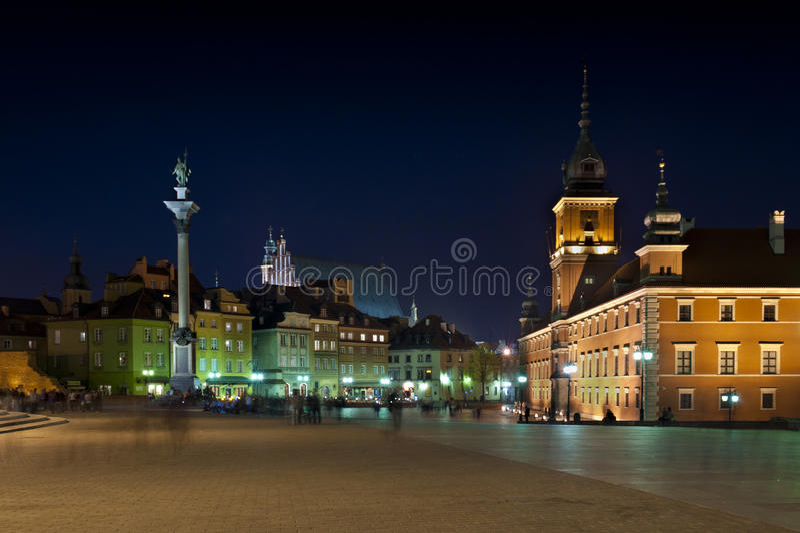 Panorama de nuit de château royal à Varsovie image stock