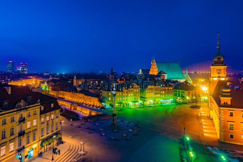 Panorama de nuit de château royal et de vieille ville à Varsovie photo libre de droits