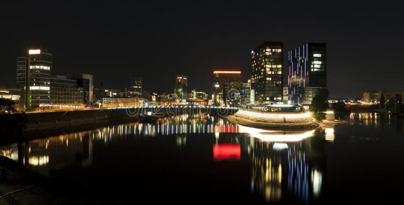 Panorama de nuit de Dusseldorf Medienhafen images stock