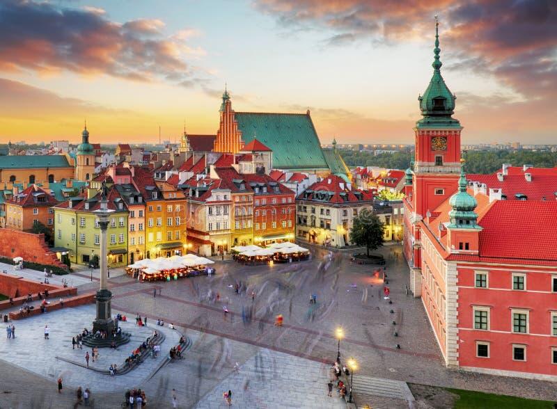 Panorama de nuit de vieille ville à Varsovie, Pologne photographie stock