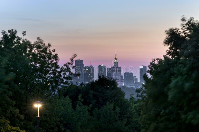 Panorama de nuit de ville de Varsovie photo stock