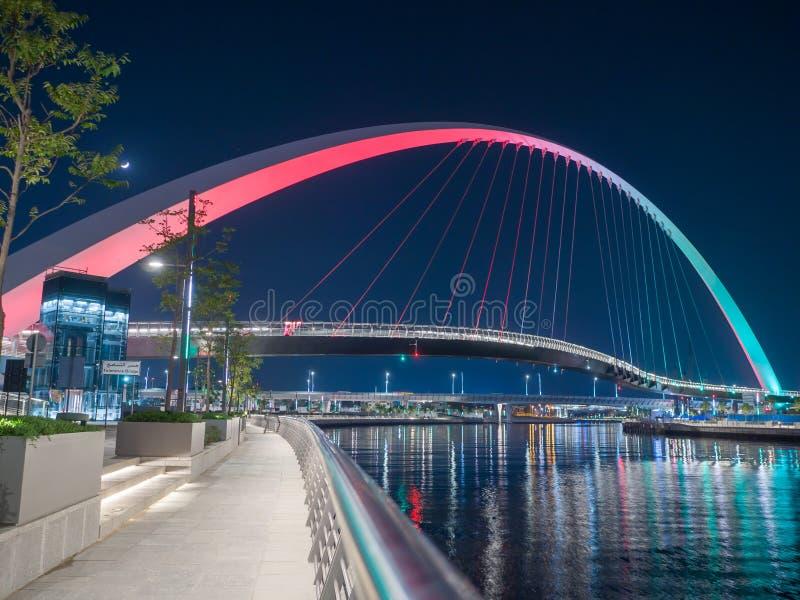 Panorama de nuit Dubaï sur le fond du pont du canal de Grec de Dubaï photographie stock