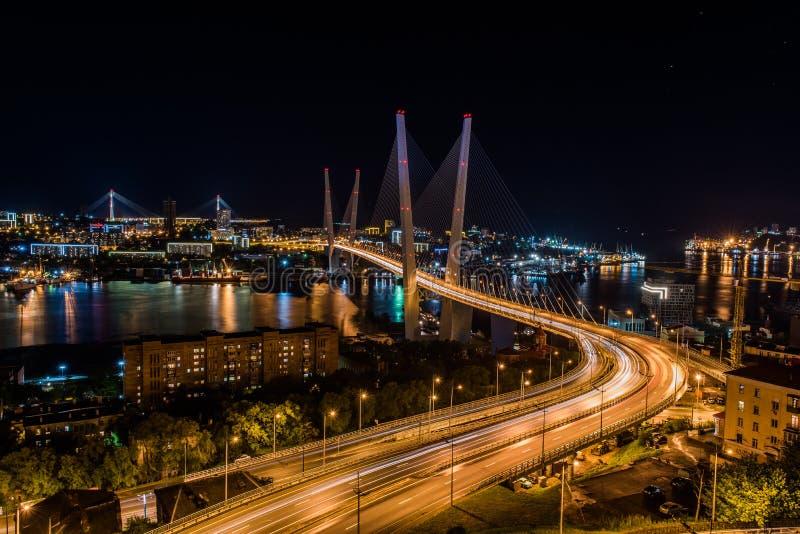 Panorama de nuit Vladivostok Le pont par un klaxon d'or de baie image stock