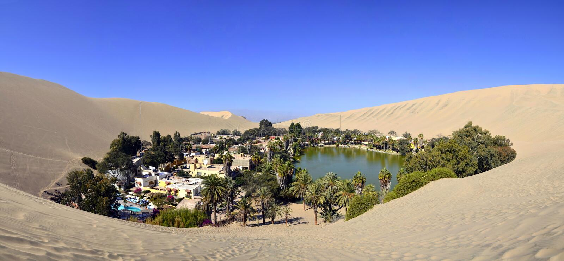 Panorama de oásis de Huacachina perto de AIC Peru fotos de stock