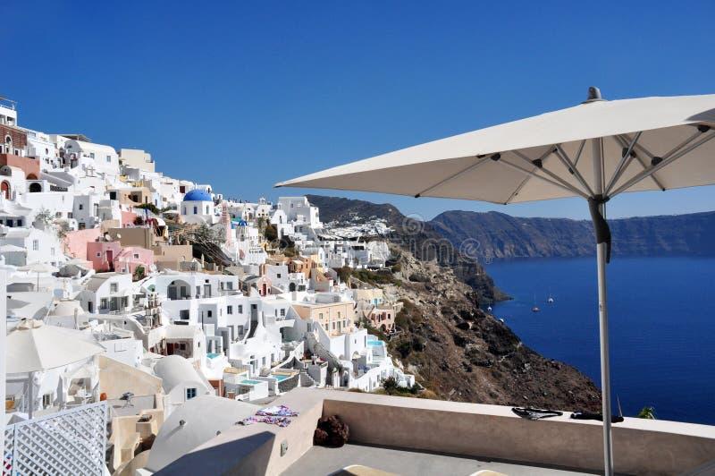 Panorama de Oia y una vista parcial de la caldera de Santorini en Grecia fotografía de archivo libre de regalías